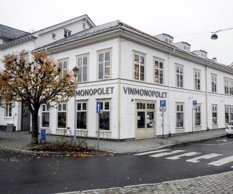 Både Vinmonopolet i Risør (bildet) og Gjerstad kan ha åpent til 16.00 på lørdag fra og med 1. september.