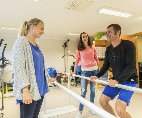 DEMONSTRERER: Ergoterapeut Petter Buvik demonstrerer ei av øvingane. med seg har han fysioterapeutane Anita Bjørsvik Kvamme (midten) og Susanne Villanger Rolland.FOTO: Morten Sæle