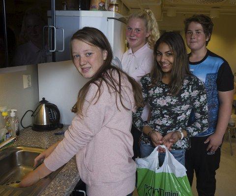VIL HJELPA: Ein skuletime for veka står desse tenåringane klare til å hjelpa dei som treng det. Frå v: Laura Osland Øvretveit, Lykke Ness, Casandra Moen og Johan Sandven.
