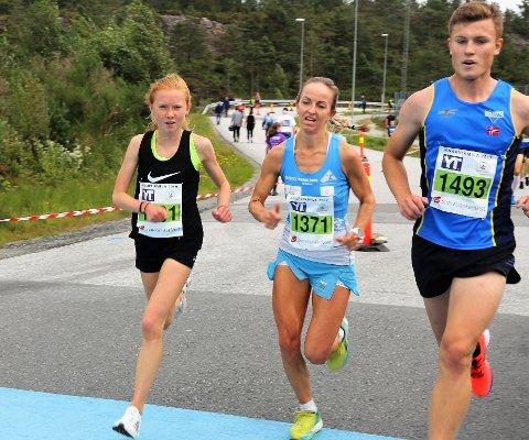 Anita Lilleskare (midten) fekk hard kamp frå Adele Henriksen på 5 km, men i spurten var vår lokale motbakkedronning  uslåeleg, slik ho var i ekstremløypa dagen før.