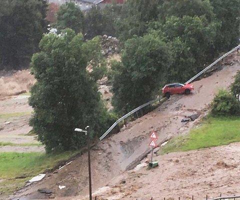 Vannmassene har dratt med seg deler av veien i Utvik i Sogn og Fjordane. NB! Mobilbilde, beste bildekvalitet som er tilgjengelig.