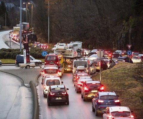 Køen gjennom Arnadalen like ved rundkjøringen til Arnanipatunnelen. Vannledningsbruddet lammet trafikken i hele Bergen.