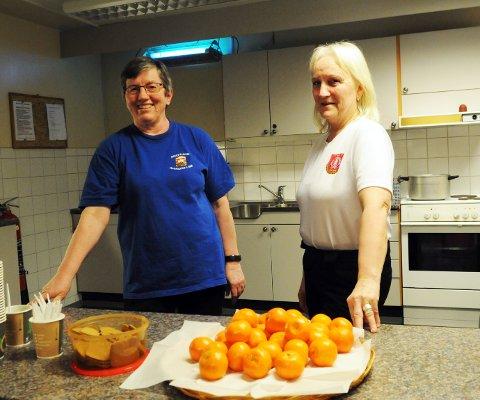 Kirsti Markussen og Solveig Olsen er klar med mandariner og pepperkaker til gløggen.