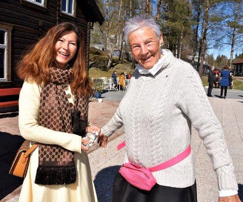 HJERTELIG MØTE: – Dette er en stor dag. Nå kan vi vise kunst i verdensklasse her på Blaafarveværket, sier direktør Tone Sinding Steinsvik til styrelederen Ann Sire Fjerdingstad (til v.).