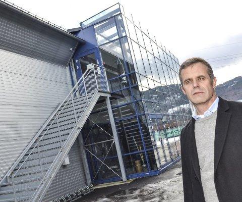 Greit med godset: Johan Fr. Bruusgaard, leder i Stiftelsen Tennishallen Drammen, synes det er greit om Strømsgodset kjøper hallen, men er litt betenkt på blanding tennis og fotball.foto: børre ivar lie