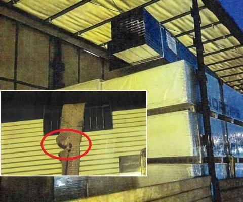 SLITT: Kontrollørene fra veivesenet reagerte tvert da de så at lasten med gipsplater var sikret med gamle og slitte stropper som denne.