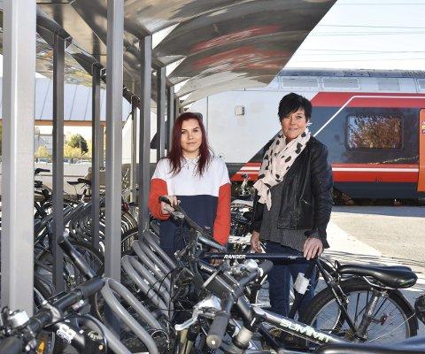 Fritt vilt: Ingen sykler står trygt på jernbanestasjonen i Hokksund. Liv Randi Andersen Reistad (t.v.) og moren Siv Yngvil A. Finnerud. FOTO: STIG ODENRUD