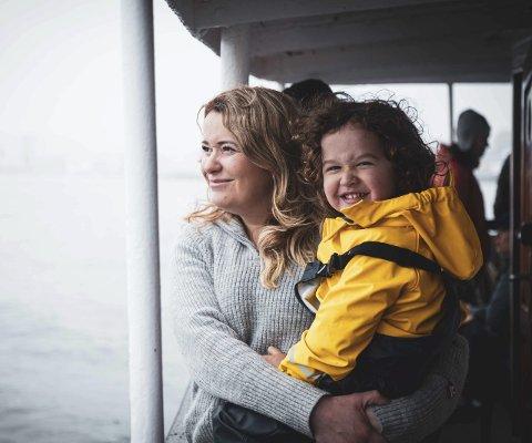LYDEN AV LYKKE: Både store og små blir glade av sanseopplevingane om bord i Atløy. Foto: Visit Fjordkysten.