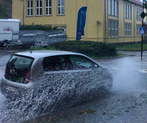 UPPPS! Det var risikabelt å å bevege seg på fortauet i Storgata tirsdag formiddag, og flere kraftige regnbyger er ventet utover uka.