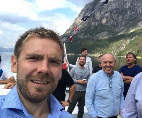LYSEFJORDEN: Tom Kalsås var på tur med fleire politikarar og nye styremedlemmer i Lysefjorden Utvikling på fjorden onsdag. Arne Bergsvåg nærast.