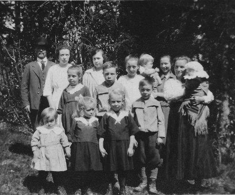 TENDØ: Else Hanna Tendø forteller historien besteforeldrene og livet i Tendøgutua, som også er en historie om hverdagslivet på Åsnes Finnskog. Familiebildet er tatt i 1923. Kilde: Else Hanna Tendø