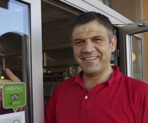 Stolt: Restaurantdriver Murat Kayhan har fått så gode tilbakemeldinger fra gjestene på Trip Advisor at nettstedet nå har gitt Castrum spiseri fortreffelighetsbevis.Alle foto: Anna Kvarberg Ekre