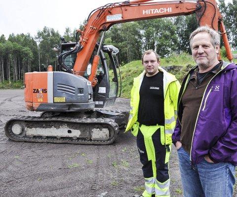 GRUNNARBEID: Christian Røken fra entreprenørfirmaet Torstein Skjaker har stått for grunnarbeidet. Leder Sverre Hagen i Jaren IL tror de skal bli ferdige til skolestart.