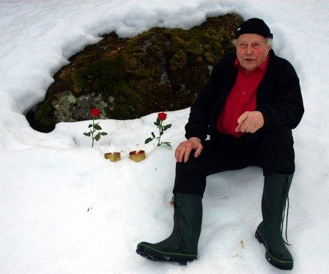 Minnet faren: Akkurat her lå far etter at han var blitt skutt, forteller Sem Grøstad. Han har satt opp to roser og tent to lys. Et for faren og et for Helge Carl Carlsen, som ble skutt noen meter bortenfor.