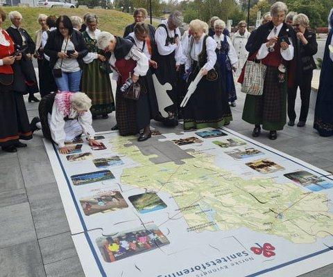 PARADE: Sanitetskvinnene holdt en bunadsparade i Hamar sentrum i forbindelse med jubileet.