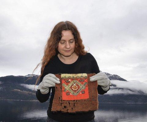 Gammel skatt: Agnete Siversten med den eldste daterte brinkluten i museets samlinger.
