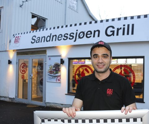 KLAR: Dilshad Saleh Ali ved Sandnessjøen Grill er tidlig på'n for å gjøre alt klart til dem som vil ha burger-lunsj i stedet for grovbrød og brunost. Bilder: Rune Pedersen