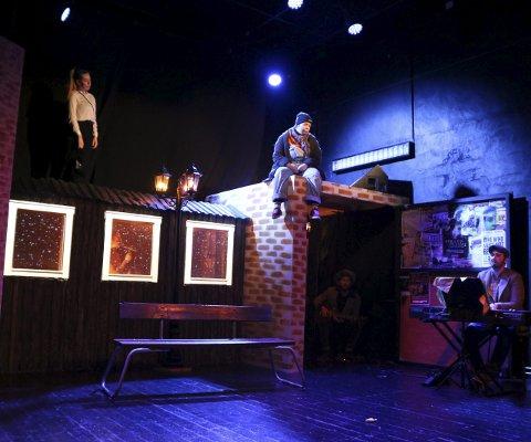 Felles trøst: Teaterlinja på Toppen spilte til sammen ni forestillinger med «Mine barnslige venner» av Lars Vik sist uke. Her er det to som finner hverandre når livet ser som mørkest ut.Foto: Stine Skipnes