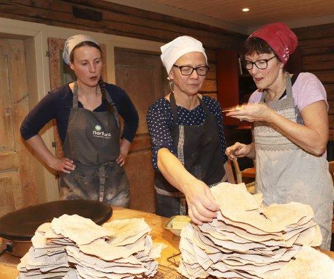 Flatbrød med smør smaker godt til kaffen. Linn Hege Engen, Johanne Johansen og Heidi Skar sier seg fornøyd med produksjonen.