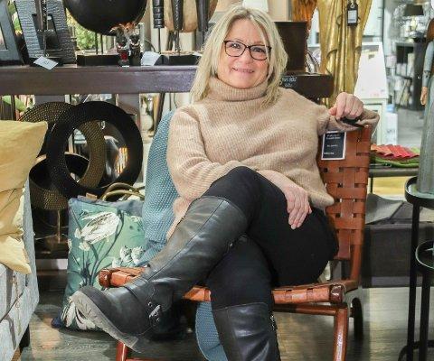 GJENBRUK: Årets trend viser at det er fokus på gjenbruk, kvalitet og investeringer som varer.  – Dette er en stol som er kommet tilbake i tiden, og jeg trodde ikke at jeg skulle ta inn en stol i konjakkfarge. Den har en gammel stil, og er bygd på skinn, sier Hilde Prestbakk, som legger til at den er også er god å sitte i.
