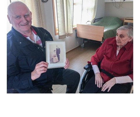 KJÆRLIGHET: - Vi hadde det så godt i lag, sier Lauritz Johansen, sammen med kona Åse Johansen på demensavdelingen ved sykehjemmet i Kvalsund.