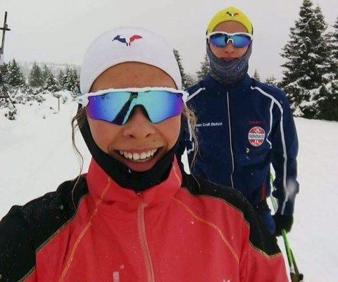 TRIVES: Rømsjingen Kristina Bergquist trives som hardtsatsende skiløper ved NTG Lillehammer. Her tar hun en pust i løypa på sin nye hjemmebane sammen med bror Daniel, som også studerer i OL-byen fra 1994. Foto: Privat