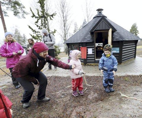 Endelig åpnet: Emrik fikk den store æren av å klippe snora for Botnestuas nye flotte grillhytte. Mia holdt tauet, mens styrer Anne Blanch sørger for at alt går riktig for seg. Foto: Pål Nordby