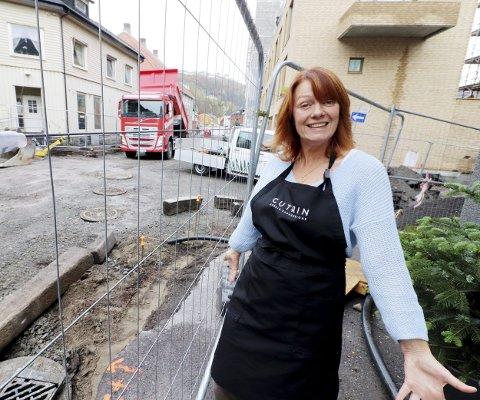 Har ikke merket gravingen: – Jeg opplever at graving og stenging av gata har gått helt smertefritt, sier Merete Eyde, innehaver av Fru Berntzen Frisør. Foto: Pål Nordby