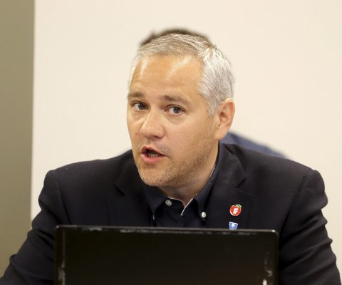Meget engasjert: En over middels engasjert Jan Fredrik Vogt (Frp) fikk i kommunestyret gehør for sitt forslag om en «all inclusive» BPA. Bildet er fra formannskapet. Foto: Pål Nordby
