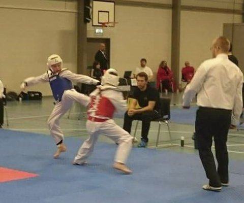 Kamp: Alexander Jeremiassen i blå vest i aksjon på matta, bak coach Bjørn Arne Paulsen.