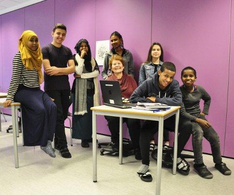 Motivert: Hamdi (14) Anzor (15), Hafso (15), Aissatou (16), Joanna (13), Merhawi (14), Yasin (14) får norskundervisning fra Astrid tre ganger i uka.