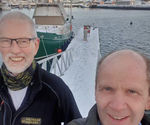 Jøran Jakobsen i Haltbakk Bunkers med ordfører i Flakstad Trond Kroken (Sp) ved flytebrygga på Napp.