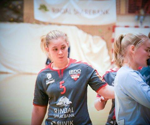 Mens storebror herjer og har sendt Norge til VM-kvartfinale med sine 50 mål, får ikke Ine Sagosen spille håndball hjemme i Trondheim.