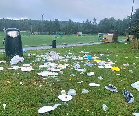 EKEBERGSLETTA: – Slik ser det ut uke etter uke, forteller Amund Dyrhaug, som tok dette bildet på Ekebergsletta sist søndag. – Vi rydder opp så fort vi kan, forteller Bymiljøetaten.