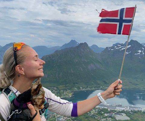 SENJAHOPEN: Karoline Thunold og Yoda på Kyle 503 meter over havet med utsikt ned til Senjahopen.