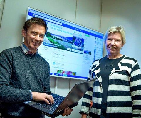 Kommunikasjonssjef Øivind Skogli og rådmann Aslaug Dæhlen utvider fra tirsdag åpningstida i rådhusets servicetorg med to timer daglig.