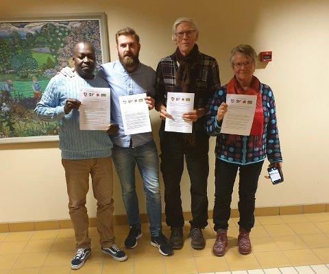 AVTALE: Ahmed Haruun Ali (SV), Stian Olafsen (Ap), Tor Sundheim (Rødt) og Paula Elvesveen (MDG) undertegnet en samarbeidsavtale onsdag kveld. Dermed er ordførerstriden i Vestre Toten avgjort.