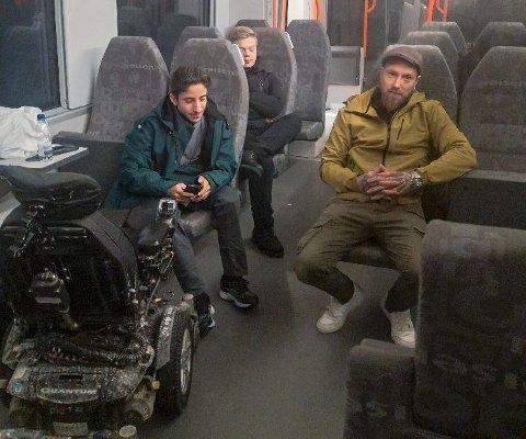 TOGFAST: Mohamad Abdulallim og Robin Løvelie satt fast i flere timer fredag kveld. Manen i setet bak er en annen passasjer, Lars-Erik Narvesen