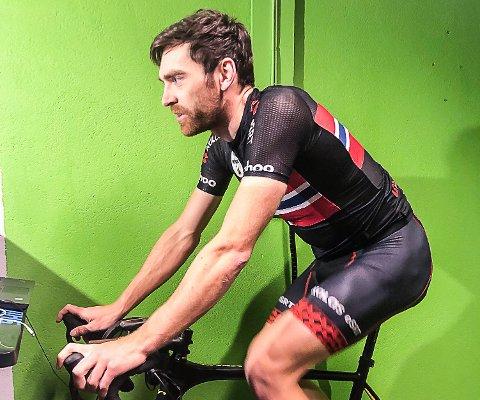 """Vidar Mehl har utallige timer """"på rulla"""" i kjelleren og på plattformen Zwift. Nå er terrengsyklisten fra Hunndalen tatt ut til VM i E-sykling."""