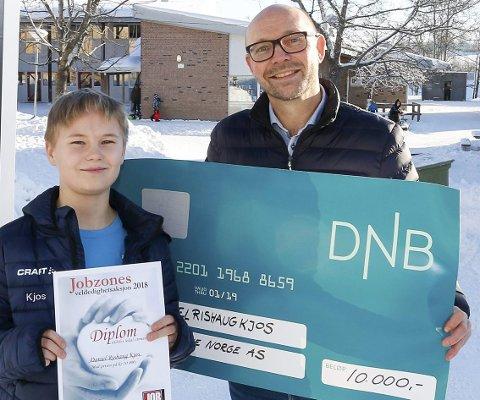 LOKAL VINNER: Tidligere i vinter fikk Daniel Rishaug Kjos (12) Jobzones Veldedighetspris for Follo i 2018 av Morten Johan Melby ved Jobzone Ski. Nå er Daniel i landsfinalen.