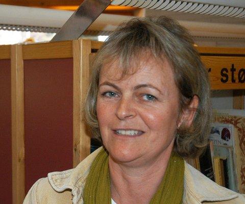 ANBEFALER: Bibliotekets Nina Halvorsen anbefaler.