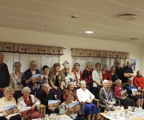 Dokumentert: Beboerne i Hauknes omsorgsbolig fikk nylig overrakt seks bøker med bilder fra aktiviteter siden starten i 2010. Foto: Privat
