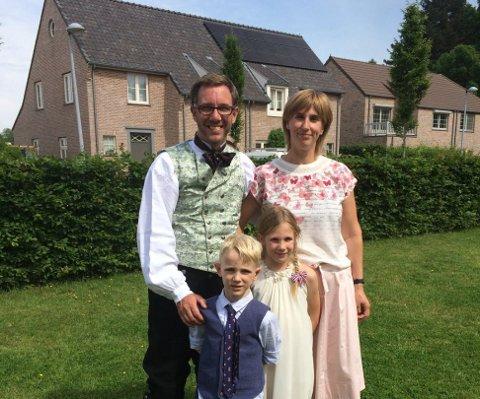 Håvard Nilsen, sammen med konen Nele Catoor og barna Stein og June. Bildet er tatt 17.mai.
