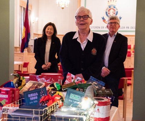 GAVE: Jane K. Gravbråten og Paal E. Haakenstad fra AKA synes det er svært hyggelig å kunne gi årets gave til Frelsesarmeen og Mona Tørkli.