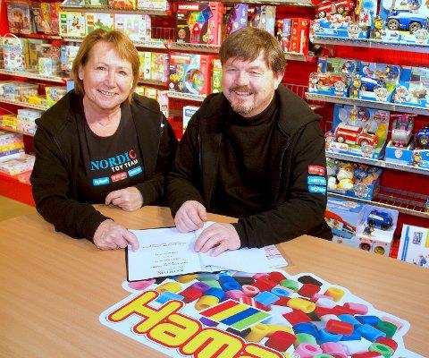 STOROPPKJØP:  Administrerende direktør Gro Svendsen og styreleder Dan Helge Bjørneset i Nordic Toy Team i Drammen har kjøpt opp ToysRUs på Strømmen Storsenter. Foto: Nordic Toy Team