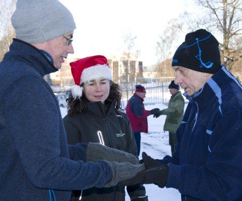 GODE VENNER: Dytt håndflatene mot hverandre, sier Ellen Skogedal til Ole Martin Andersen fra Hurum og Reidulf Rødahl fra Røyken. Begge mener dette er et godt tilbud for alle.