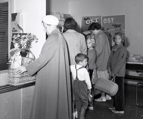 LOKALHISTORIE: Kanskje du vet hvem som handlet i denne butikken på Aagaards plass i 1945?