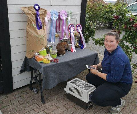 Nikki Hudson kan sine saker når det gjelder å trene opp kaniner. Nybakt norgesmester «Thomas» på premiebordet.