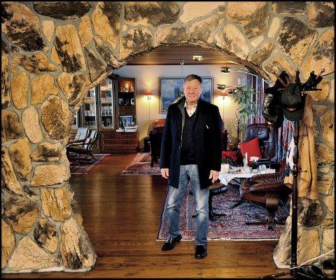 1 TUSENKUNSTNER: Jan Hermansen lager det meste med egne hender, også store vegger med naturstein. Men han sliter med å fylle tomrommet etter kona han var gift med i 58 år Hans kjære livsledsagerske døde julaften for tre år siden. 2 OPPFINNER: Dikka lager sitt eget verktøy til konstruere ting. Her er han i sving med å lage egne sluklåser som gjør livet lettere for den 80 år gamle hobbyfiskeren. 3 PYNTET: Her er jubilanten pyntet til fest. Han husker ikke om bildet er tatt i forbindelse med 1.- eller 17. mai-fest.