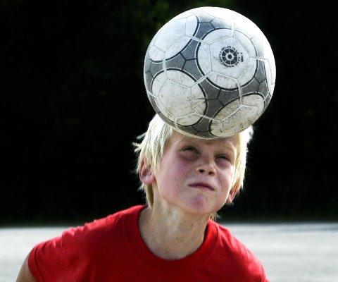 Flere forbund forbyr barn å nikke ballen.